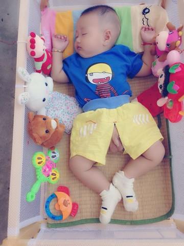 宝贝睡姿还像青蛙 宝妈们,你们的宝宝还还弯着腿举着拳头睡觉吗