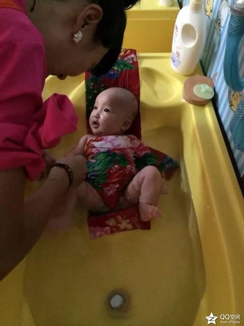 婴儿洗澡游泳哪家好图片