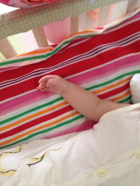宝宝快三个月,大拇指还内扣